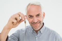 Портрет крупного плана усмехаясь зрелого человека держа ключи дома Стоковое Изображение
