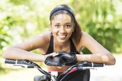 Портрет крупного плана усмехаясь красивой атлетической латинской женщины с стоковая фотография