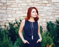 Портрет крупного плана усмехаясь середины постарел белая кавказская женщина с, который развевали курчавыми красными волосами в че Стоковое фото RF