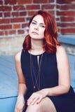 Портрет крупного плана усмехаясь середины постарел белая кавказская женщина с, который развевали курчавыми красными волосами в че Стоковое Изображение RF