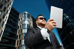Портрет крупного плана успешного использования бизнесмена Стоковые Изображения