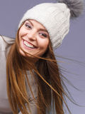 Портрет крышки шерстей зимы женщины нося Стоковые Изображения