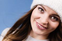 Портрет крышки шерстей зимы женщины нося Стоковая Фотография