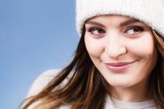 Портрет крышки шерстей зимы женщины нося Стоковое фото RF