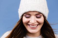 Портрет крышки шерстей зимы женщины нося Стоковые Изображения RF