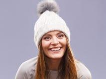 Портрет крышки шерстей зимы женщины нося Стоковые Фото