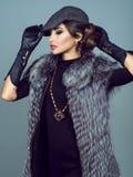 Портрет куртки серебряной лисы красивой glam модели нося стоковые фотографии rf