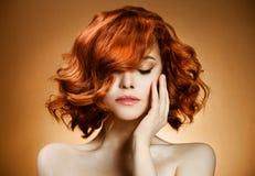 портрет курчавых волос красотки стоковая фотография