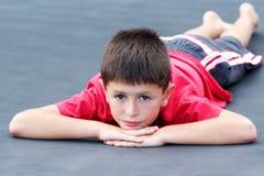 Портрет лежа мальчика стоковые изображения