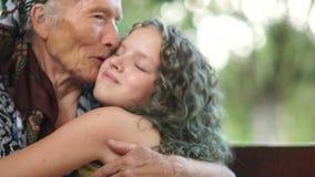 Портрет лета крупного плана счастливой бабушки с внучкой outdoors Больш-бабушка и больш-внучка, акции видеоматериалы