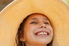 Портрет лета, соломенная шляпа красивой молодой женщины нося стоковая фотография