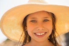 Портрет лета, соломенная шляпа красивой молодой женщины нося стоковые изображения rf