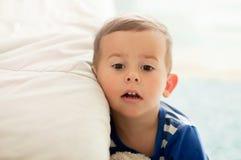 Портрет 2 - летнего мальчика с внимательным выражением стороны стоковая фотография rf
