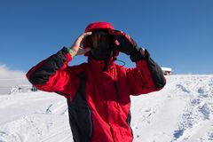 Портрет лыжника человека поверх снежной горы стоковая фотография rf