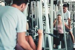 Портрет любов пар в тренировке фитнеса с оборудованием культуриста , Молодой кавказец пар разрабатывает и тренирует стоковые фотографии rf