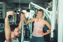 Портрет любов пар в тренировке фитнеса с оборудованием культуриста , Молодой кавказец пар разрабатывает и тренирует стоковое фото rf