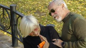 Портрет любящей пары с smartphone Стоковая Фотография