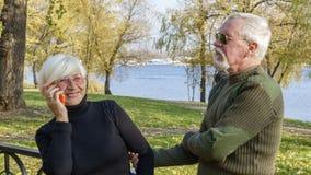 Портрет любящей пары с smartphone Стоковая Фотография RF