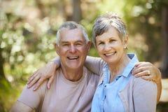 Портрет любящих зрелых пар в сельской местности совместно Стоковые Изображения