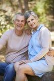 Портрет любящих зрелых пар в сельской местности совместно Стоковое Изображение