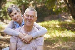 Портрет любящих зрелых пар в сельской местности совместно Стоковое Изображение RF