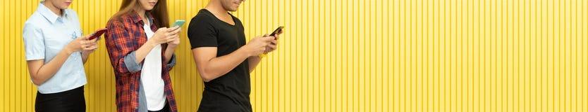 Портрет людей хипстера носит солнечные очки использует смартфоны стоковые изображения rf