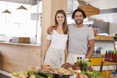 Портрет магазина натуральных продуктов пар идущего совместно стоковые изображения