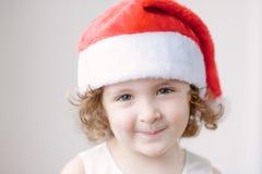 Портрет маленьких милых девушек в шляпе Санты Стоковые Фотографии RF