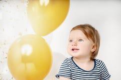 Портрет маленького ребёнка усмехаясь в день рождения Стоковое Фото