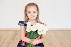Портрет маленького усмехаясь ребенка девушки в красочном платье стоковое фото rf