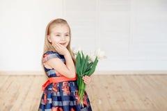 Портрет маленького усмехаясь ребенка девушки в красочном платье стоковые фотографии rf