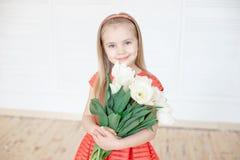 Портрет маленького усмехаясь ребенка девушки в красочном платье стоковая фотография rf