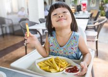 Портрет маленькой азиатской девушки в ресторане фаст-фуда Стоковые Фотографии RF