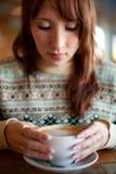 Портрет маленькой девочки в кафе Стоковые Изображения