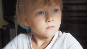Портрет маленькой девочки в комнате, естественный свет видеоматериал