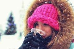 Портрет маленькой девочки в питье зимы Стоковые Изображения