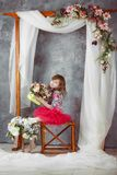 Портрет маленькой девочки в розовой балетной пачке под декоративным сводом свадьбы стоковое фото rf