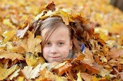Портрет маленькой девочки в сезоне осени стоковая фотография rf