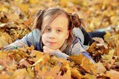Портрет маленькой девочки в сезоне осени стоковые изображения