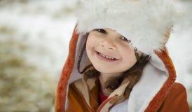 Портрет маленькой девочки в шляпе и куртке зимы стоковые фотографии rf
