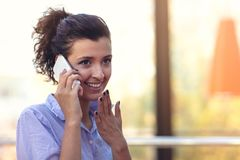 Портрет маленькой девочки говоря по телефону пока выпивающ кофе стоковые изображения