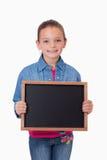 Портрет маленькой девочки держа шифер школы стоковые фото