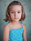 Портрет маленькой девочки на голубой предпосылке Стоковая Фотография RF