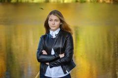 Портрет маленькой девочки на предпосылке озера в парке осени стоковое фото rf