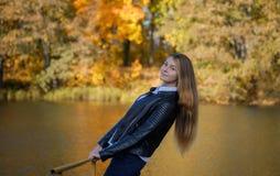 Портрет маленькой девочки на предпосылке озера в парке осени стоковая фотография rf