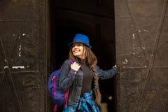 Портрет маленькой девочки на предпосылке старого черного портала в городе Львова стоковые фотографии rf
