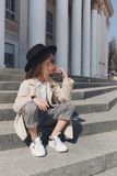 Портрет маленькой девочки на улице стоковое фото rf