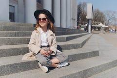 Портрет маленькой девочки на улице стоковые изображения rf