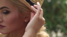 Портрет маленькой девочки с составом в соломенной шляпе сток-видео
