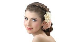 Портрет маленькой девочки с цветами в волосах стоковая фотография